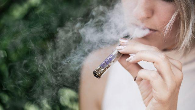 Elektronska cigareta dvakrat učinkovitejša pri opuščanju kajenja kot registrirani pripomočki